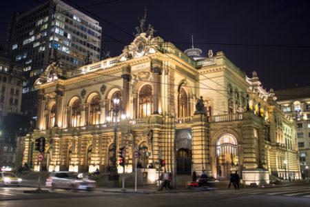 fachada do theatro municipal iluminada a noite