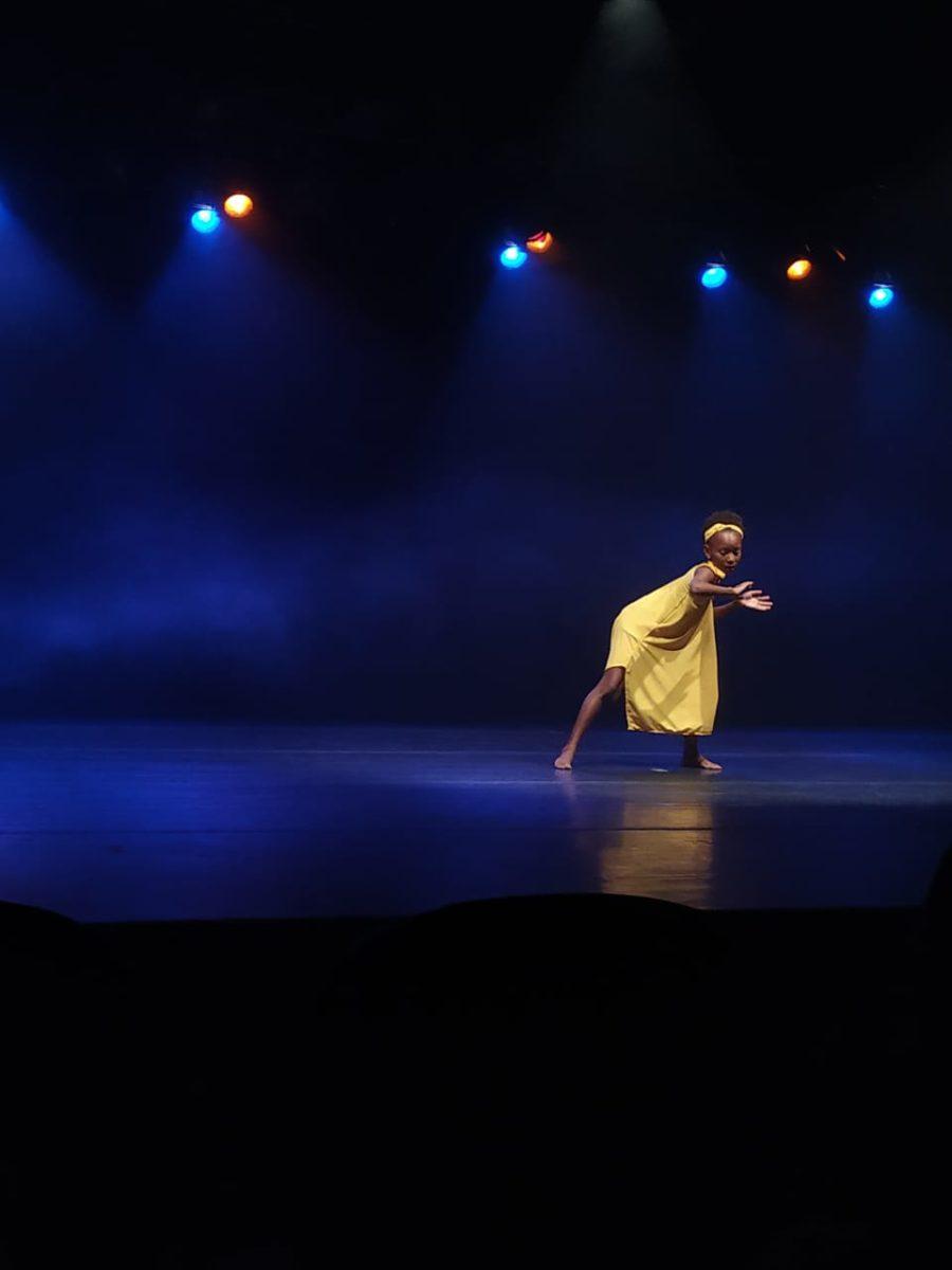 Ligia dançando