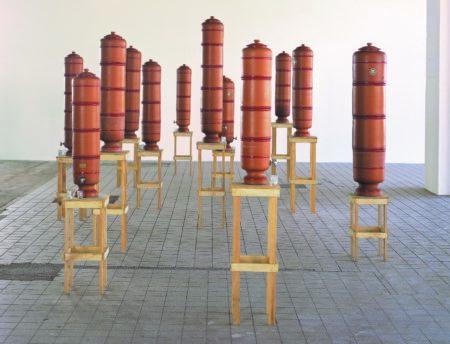 obra os filtros com filtros de barro em bancos de madeira do artista marepe