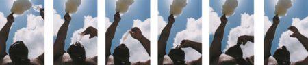 Obra Doce Céu de Santo Antonio com marepe comendo algodão doce olhando para o céu