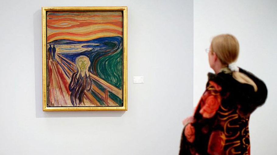 Moça admirando um quadro de Munch