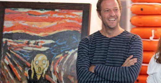 Artista recria obras icônicas com sacolas plásticas