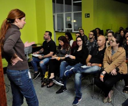 sala com palestrante e ouvintes
