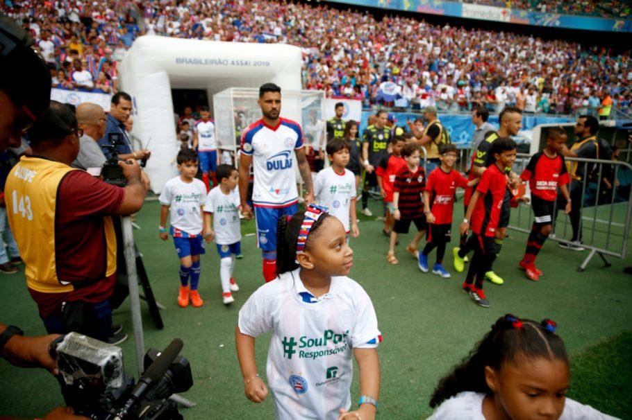 As crianças que entraram em campo com o time do Bahia também exibiam a hashtag da campanha em suas camisas
