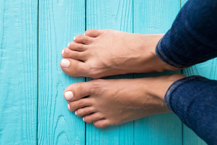 pés de uma mulher no piso de cor azul