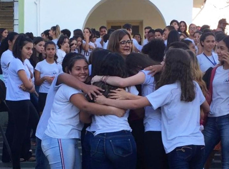 professora sendo abraçada por alunos