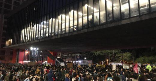 Protesto fecha Paulista em direção ao Centro