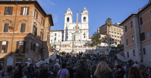 Roma vai multar turista que sentar na escadaria da Piazza di Spagna
