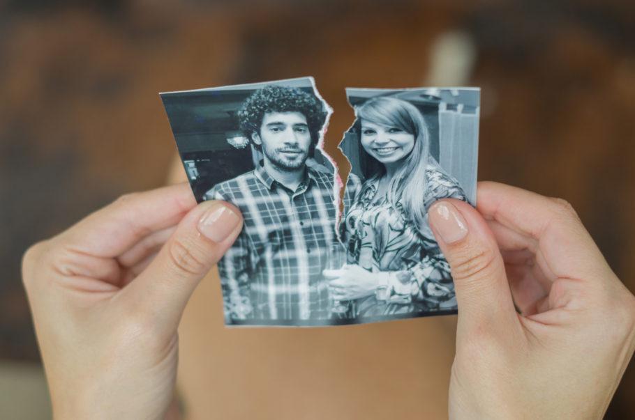 foto com um homem e uma mulher rasgada