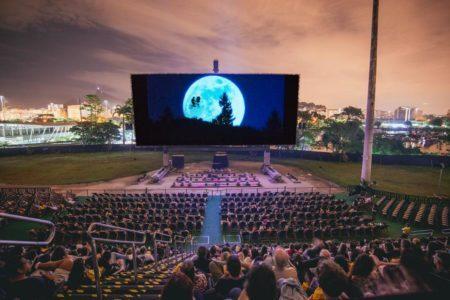 sessão de cinema ao ar livre com o filme et - o extraterrestre no shell open air em são paulo