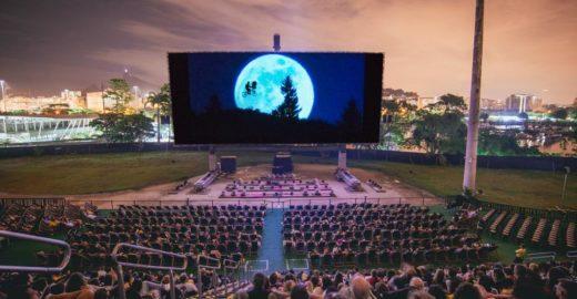 Cinema ao ar livre exibe do clássico ao novo em mega telão