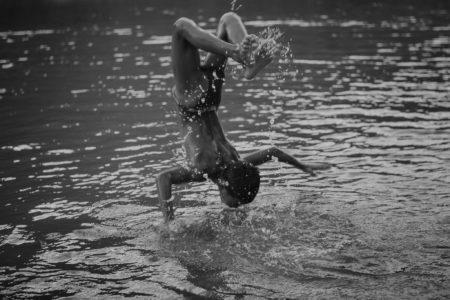 foto de um menino dando um mortal dentro de um rio tirada por eduardo marco
