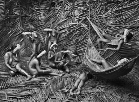 foto Índia da população Zo'é passando urucum para colorir o corpo de sebastião salgado