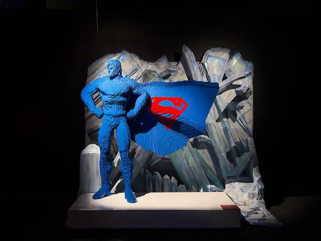 Super-Homem nasceu no planeta fictício de Krypton e tinha o nome de Kal-El. Foi mandado à Terra por seu pai, Jor-El, um cientista, momentos antes do planeta explodir