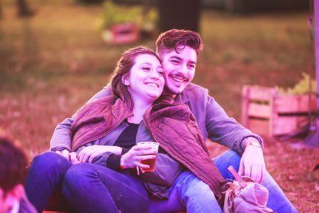 casal sentado no gramado da edição 2018 do taste sp