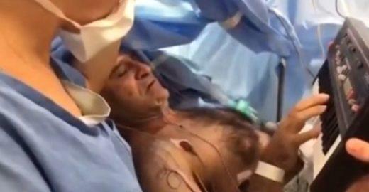 Homem toca teclado durante cirurgia na cabeça