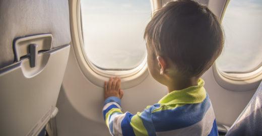 Como viajar de avião com crianças?