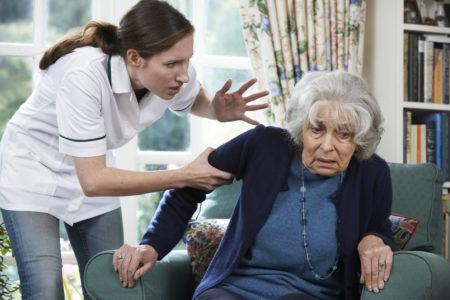 mulher maltratando senhora dentro de casa