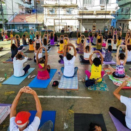 Yoga na Maré acontece duas vezes por semana no Complexo