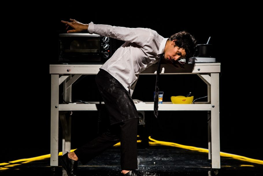 """Indicado ao Aplauso Brasil, espetáculo """"57 minutos – o tempo que dura esta peça"""" serve ao público cachaça e pão de queijo"""