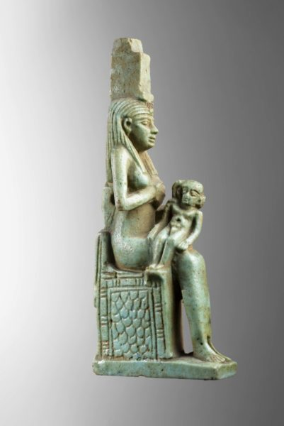 Amuleto da deusa Ísis na exposição do Egito no CCBB