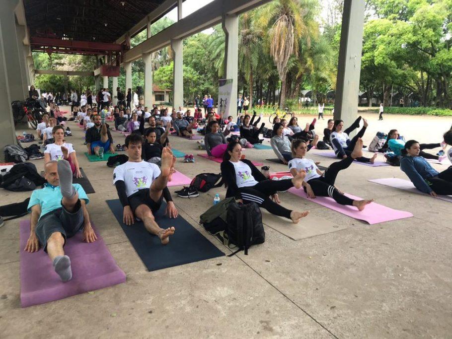 várias pessoas participando deaula de yoga no Ibirapuera