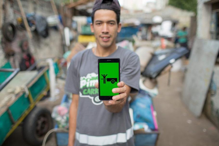 catador do Cataki segurando um celular