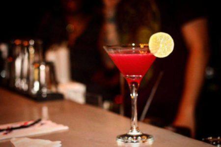 Cosmopolitan: um dos drinks do Caixote Bar