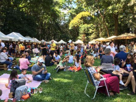 público sentado nos jardins do museu da casa brasileira em edição da feira sabor nacional