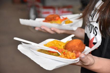mulher segurando acarajé no Festival gastronômico nordestino do ctn