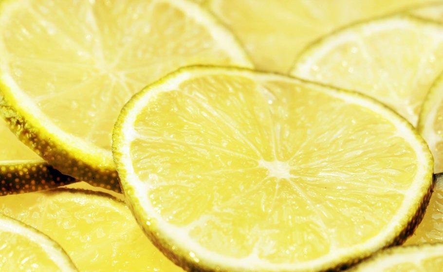 """<b>Limão </b> - Fruta com pouquíssimas calorias, tem poder antioxidante, o que causa um """"efeito detox"""" no organismo. A pectina presente no limão também é conhecida por promover sensação de saciedade. """"O limão é uma fruta com baixa quantidade de carboidratos, rica principalmente em vitamina C e pode, sim, ser usada de diversas formas na alimentação, como em sucos, temperando saladas e proteínas animais, na água saborizada ou mesmo in natura"""", afirma a nutricionista Daniela Lopes Gomes, doutora em Nutrição Humana pela Universidade de Brasília (UnB) e membro do Departamento de Nutrição da SBD (Sociedade Brasileira de Diabetes)."""