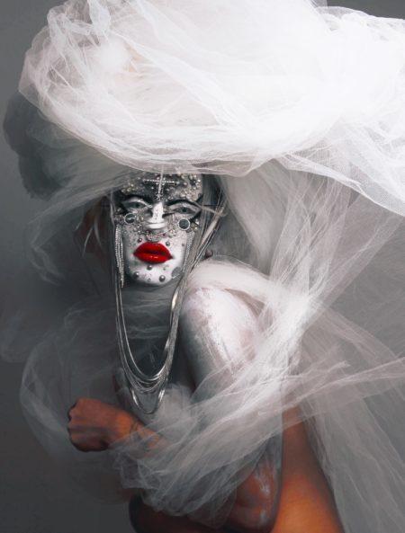alma negrot com maquiagem branca e roupa branca