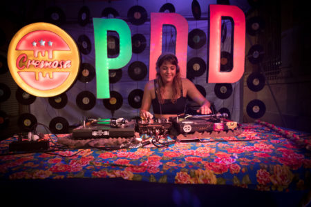 DJ tocando no SP NA RUA evento do mês da cultura independente