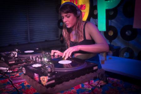 dj mulher tocando na festa SP NA RUA