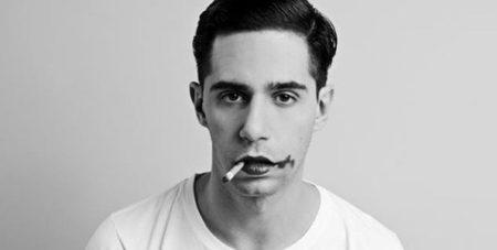 Thiago Pethit de batom borrado fumando um cigarro em foto preto e branco