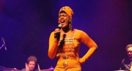 Mylena Jardim relembra canções inesquecíveis de Whitney Houston