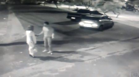 homem agride mulher no meio da rua