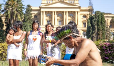 índios se apresenta em frente a fachada do museu do ipiranga