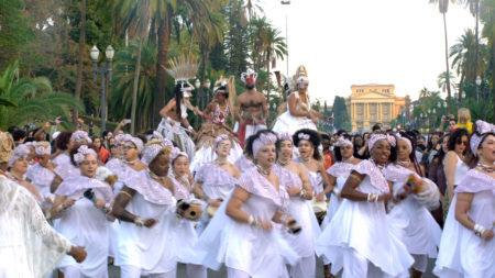 grupo de dança africana se apresenta no museu do ipiranga em festa
