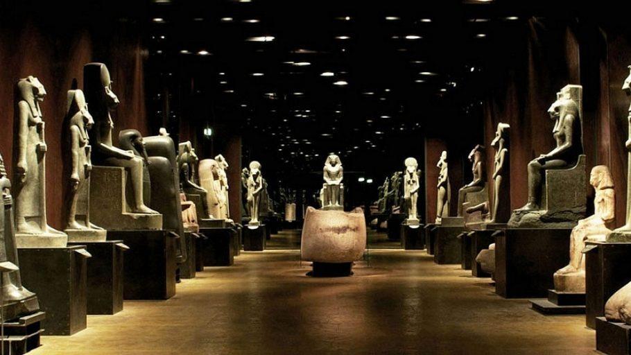 corredor do museu egípcio de turim, na itália