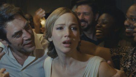 jennifer lawrence e javier bardem em cena do filme mãe