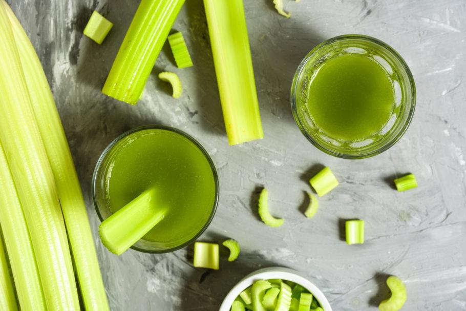 suco verde com pedaços de aipo