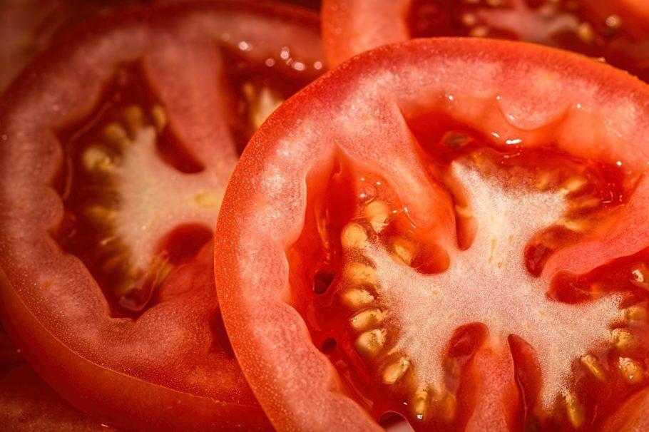"""<b>Tomate</b> - O fruto tem um valor energético baixíssimo -- 100 gramas significam aproximadamente 14 calorias, o que alguns especialistas consideram como """"calorias negativas"""". Isso quer dizer que o tomate tem tão poucas calorias que, durante o processo de metabolização, nosso organismo gasta mais energia digerindo-as do que ganha. Um dos métodos mais eficientes de consumo para emagrecer é em forma de sumo, devido à concentração de licopeno mais elevada nesse formato. Esse é um antioxidante que nos protege dos radicais livres. Em um estudo publicado na """"US National Library of Medicine"""", do National Institute of Health (EUA), um grupo de mulheres ingeriu diariamente, durante oito semanas, 280 ml de sumo de tomate e, como resultado, houve redução da circunferência da cintura das pesquisadas."""