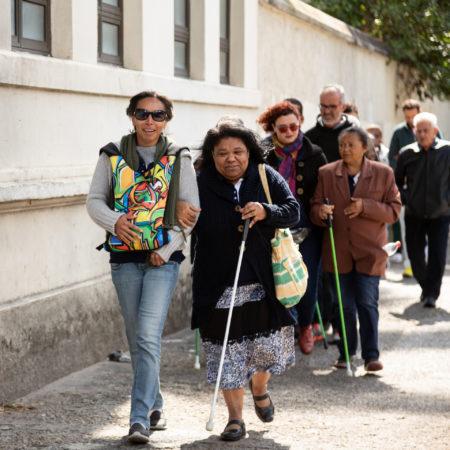 pessoas com ou sem deficiência visual passeiam pela cidade na atividade ouvir para ver a cidade do tomie ohtake