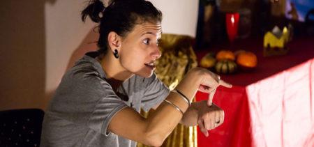 a educadora Isadora Borges contando uma história em libras no programa de acessibilidade do tomie ohtake