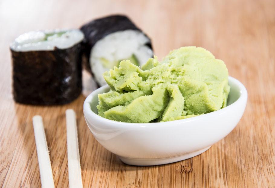 wasabi ao lado de sushis
