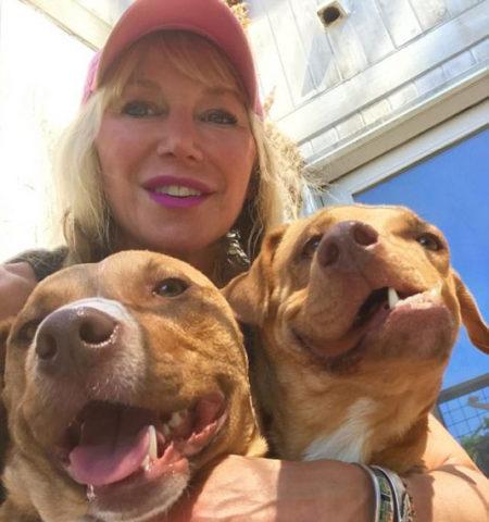 mulher com dois cães no colo