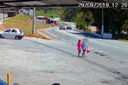 Imagem mostra adolescente caminhando com Raíssa no dia em que a menina foi morta