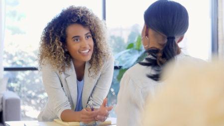 Confiante, terapeuta ajuda mulher com seus problemas de ansiedade