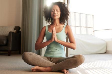 mulher negra meditando